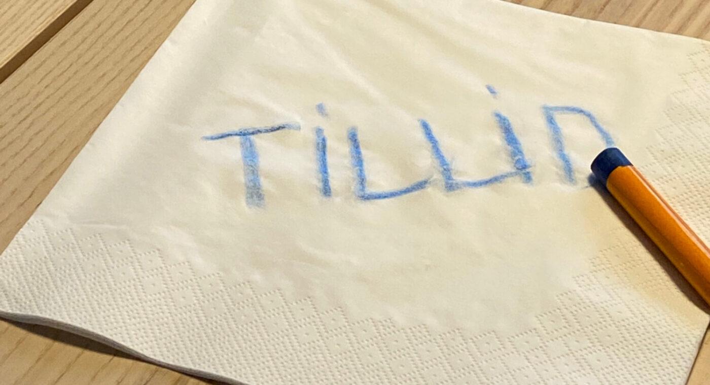 Farveblyant op en serviet skriver tillid